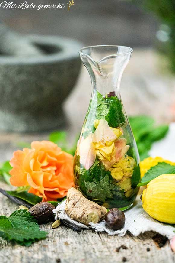 altes Hausmittel neu entdecken - Melissengeist mit vielen Kräutern und Gewürzen in einem Glas.