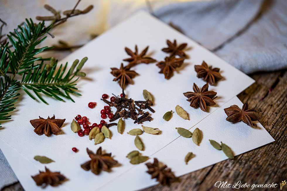 Gewürze und ätherische Öle für duftende Weihnachtskarten