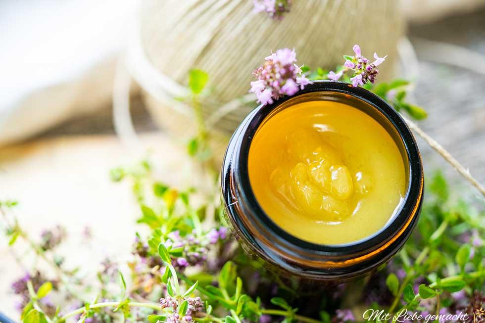 Salbe mit Quendel, Honig und Apfel